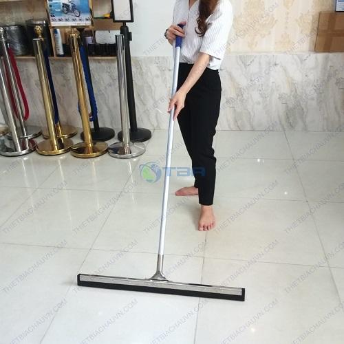 Cây đẩy gạt nước sàn nhà hàng khách sạn bản 60 cm